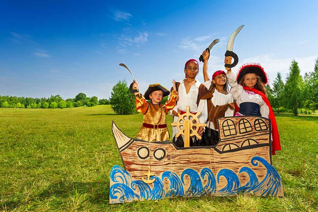 enfants en costumes de pirates et corsaires